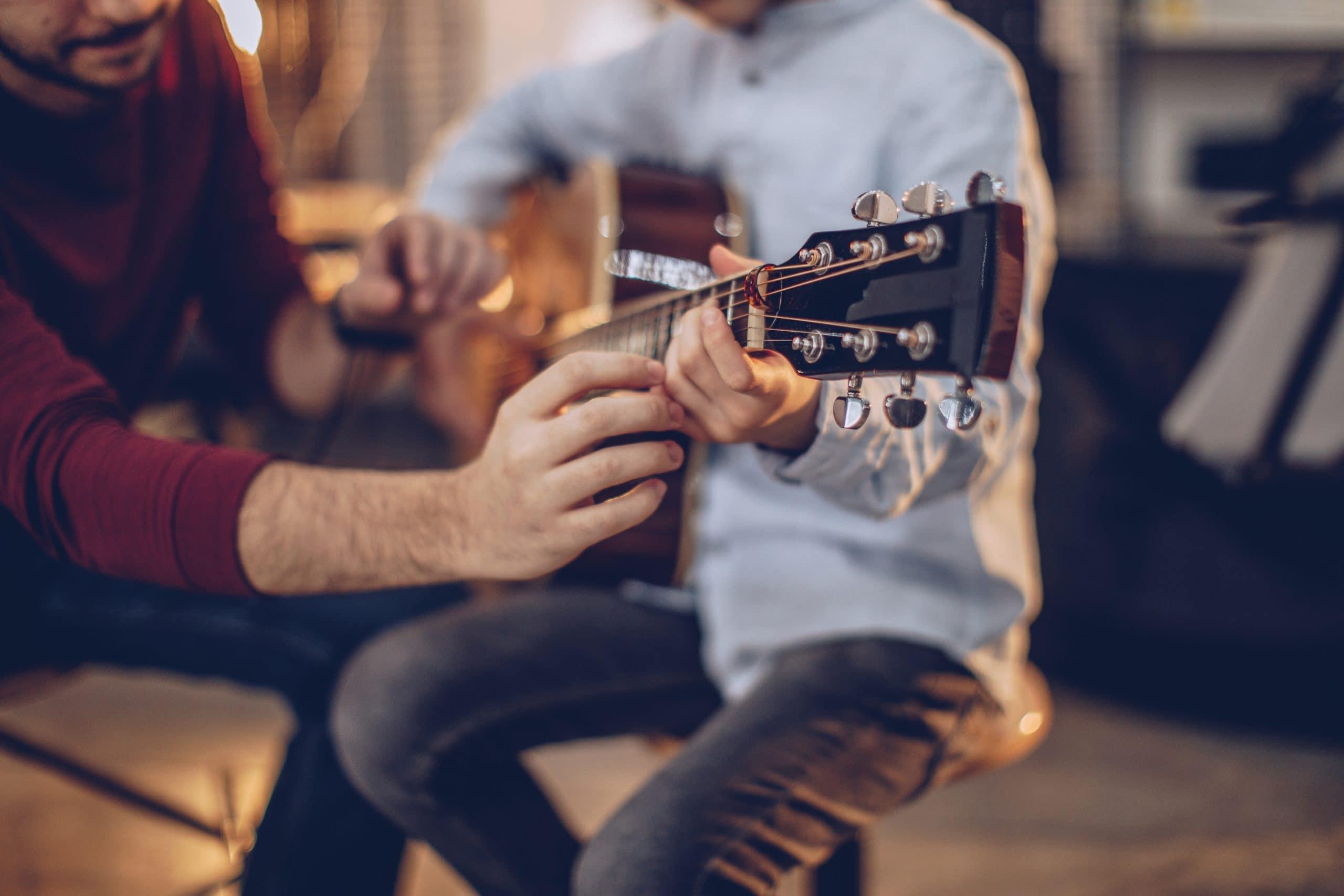 professeur de guitare et son élève